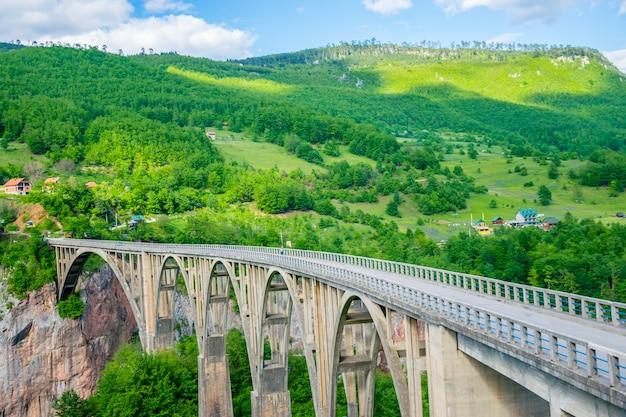 De djurdjevic-brug kruist de kloof van de rivier de tara in het noorden van montenegro.