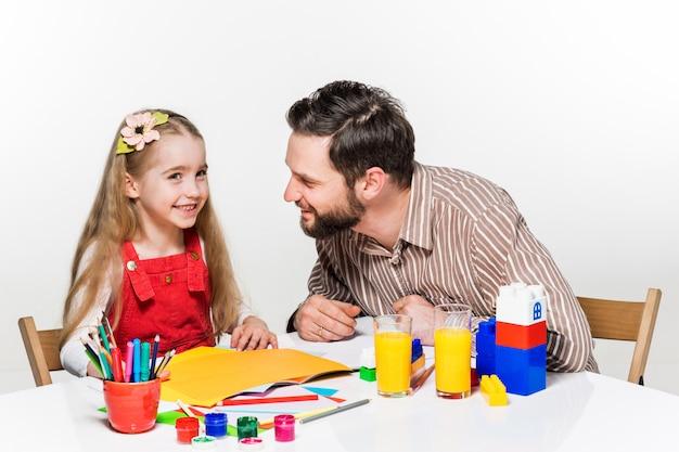 De dochter en vader tekenen samen