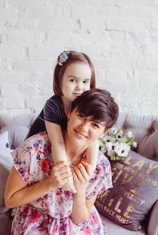 De dochter omhelst haar moeder in de kamer