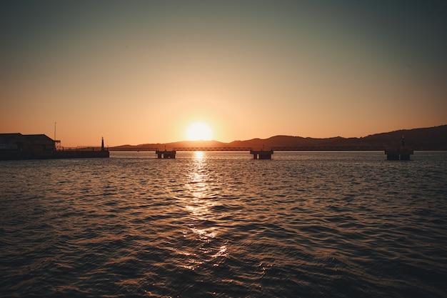 De dokken onder de felle zon van de zonsondergang