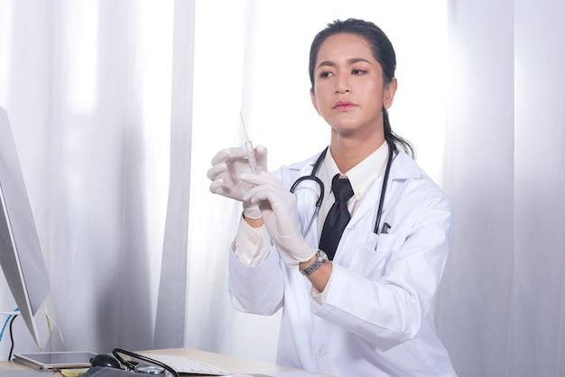 De dokter bereidt een spuit voor