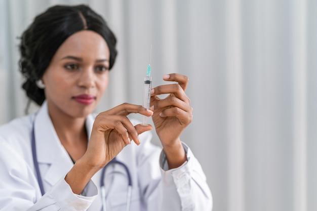 De dokter vaccineert tegen het coronavirus. om de uitbraak van het corona virus te voorkomen