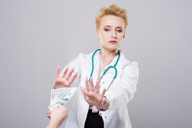 De dokter weigert omkoping aan te nemen