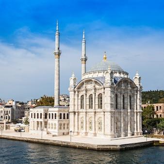 De dolmabahce-moskee staat in istanbul, turkije. het werd gemaakt in opdracht van koningin-moeder bezmi alem valide sultan.