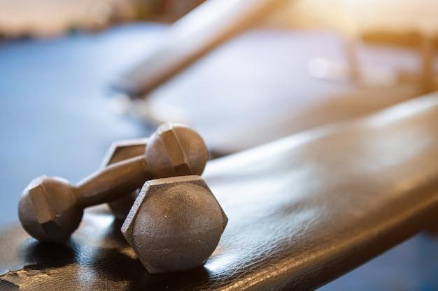 De domoren op een bank een lege zwarte defocused binnen sportgymnastiekbinnenland en fitness gezondheidsclub