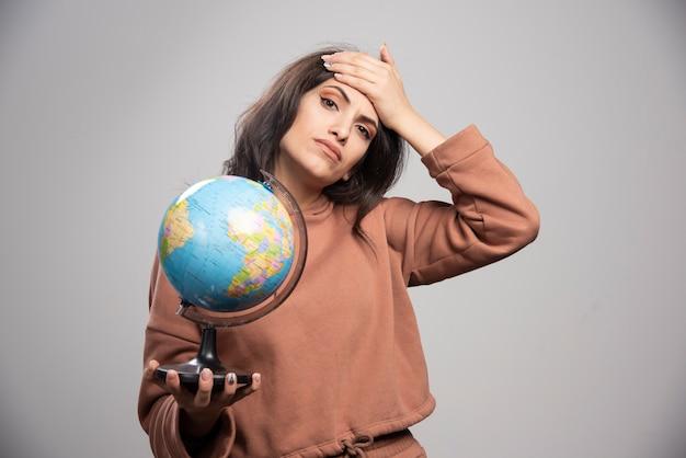 De donkerbruine bol die van de vrouwenholding problemen heeft