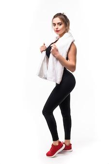De donkerbruine dame in zwarte sportkleding vermoeide na lange opleiding met witte handdoek