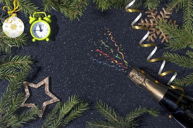 De donkere achtergrond van het nieuwe jaar voor kerstreclame