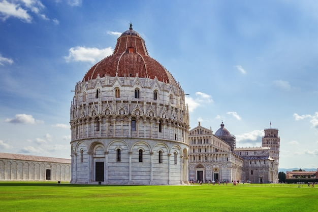 De doopkapel van pisa, de kathedraal en de scheve toren van pisa