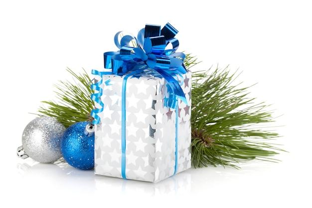 De doos van de gift van kerstmis en blauwe snuisterijen. geïsoleerd op witte achtergrond