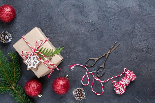 De doos van de gift van kerstmis met decoraties en pijnboom. plat leggen