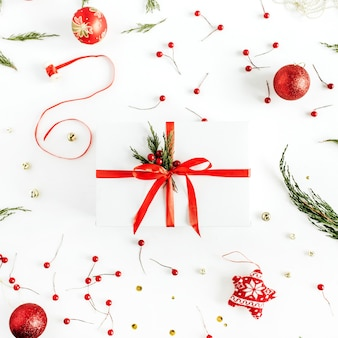 De doos van de gift van kerstmis op achtergrond versierd met kerstballen. platliggend, bovenaanzicht