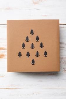 De doos van de gift van kerstmis over houten oppervlak. bovenstaande.