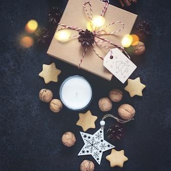 De doos van de kerstmisgift en vakantiedecoratie op zwarte achtergrond