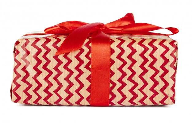 De doos van de kerstmisgift met rood lint dat op witte achtergrond wordt geïsoleerd