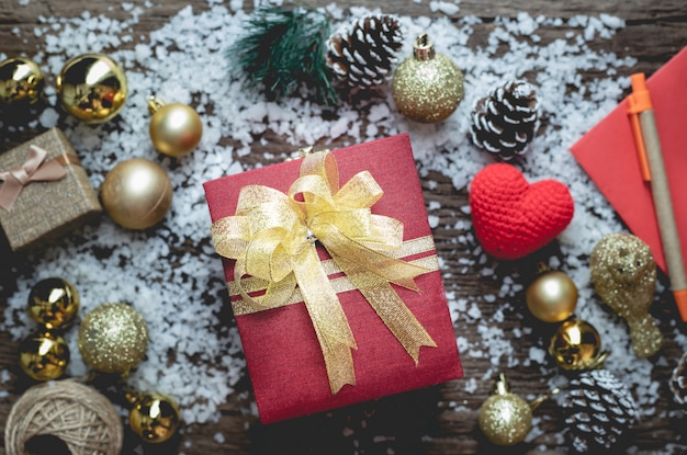 De doos van de kerstmisgift op kerstmissamenstelling op de houten achtergrond van de lijsttextuur.