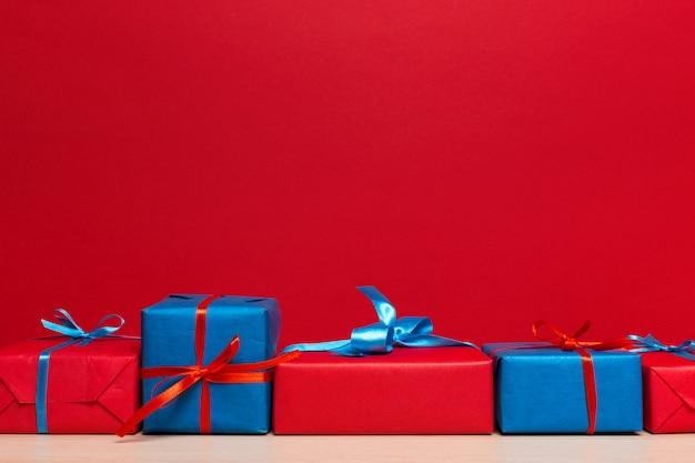 De doos van de kerstmisgift op tablet, achtergrond met copyspace