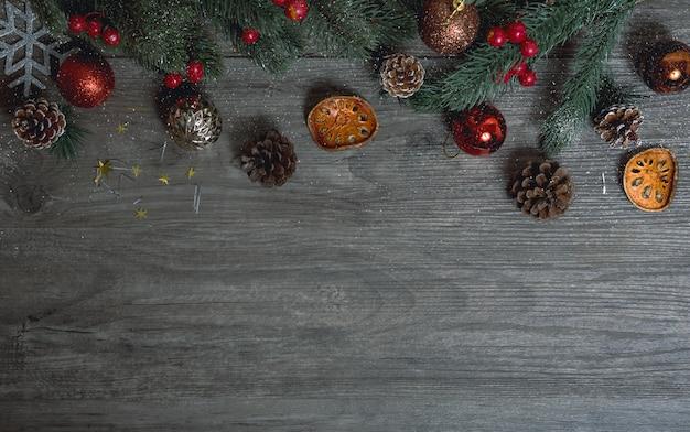 De doosdecoratie van de kerstmisgift op houten lijstachtergrond.