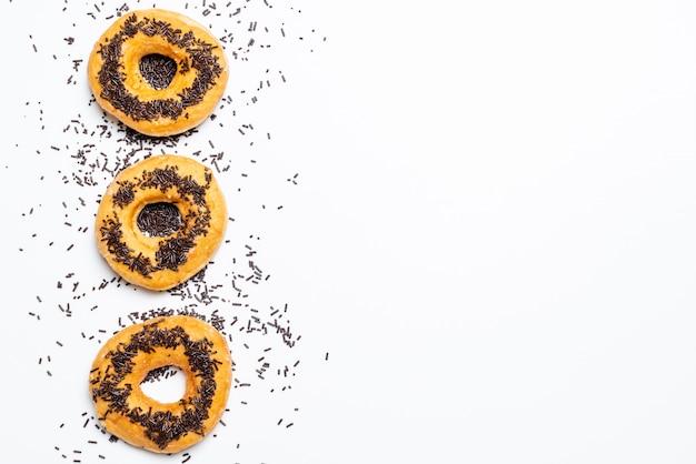 De doughnut met kleurrijk bestrooit met witte achtergrond