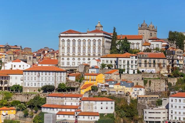 De douro-rivier door de portugese stad porto.
