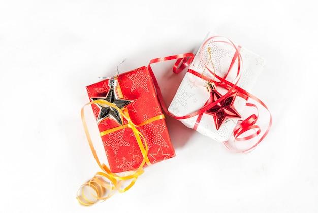De dozen en de decoratie van de kerstmisgift op witte achtergrond, hoogste mening