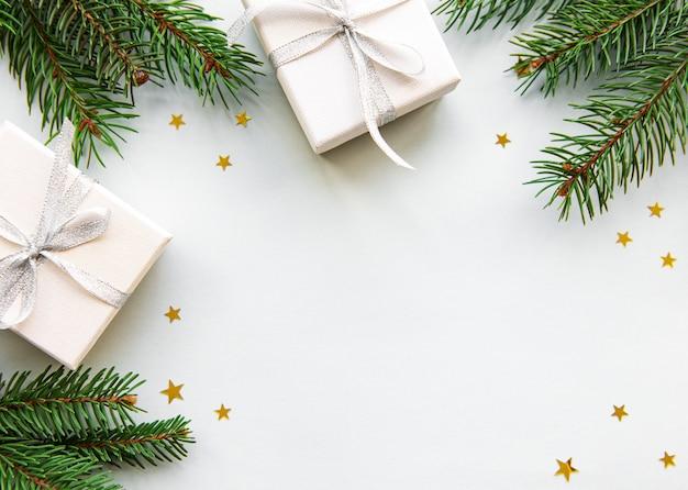 De dozen van de de vakantiegift van kerstmis op witte achtergrond