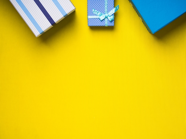 De dozenstapel van de gift op gele achtergrond