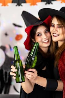 De draag halloween-kostuum van de portret aziatische jonge volwassen vrouw viert een halloween-feest