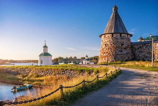 De draaiende toren van het solovetsky-klooster en de peter en paul-kapel