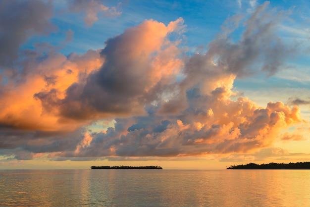 De dramatische hemel van sunriset op overzees, tropisch woestijnstrand, geen mensen, stormachtige wolken