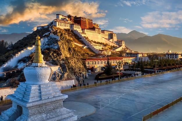 De dramatische scène van de ochtendzonsopgang van het potala-paleis in lhasa tibet