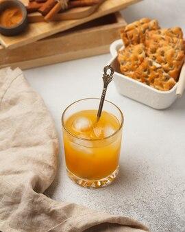 De drank in het glas. mooie heldere drank in een glasglas