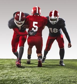 De drie amerikaanse voetballers in actie