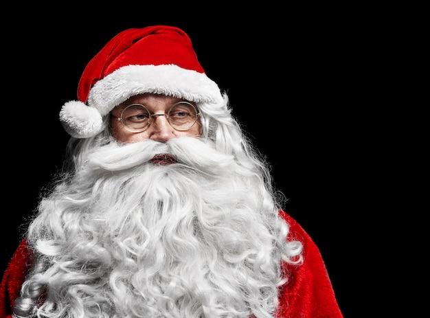De droevige en ongeruste kerstman bij studioschot
