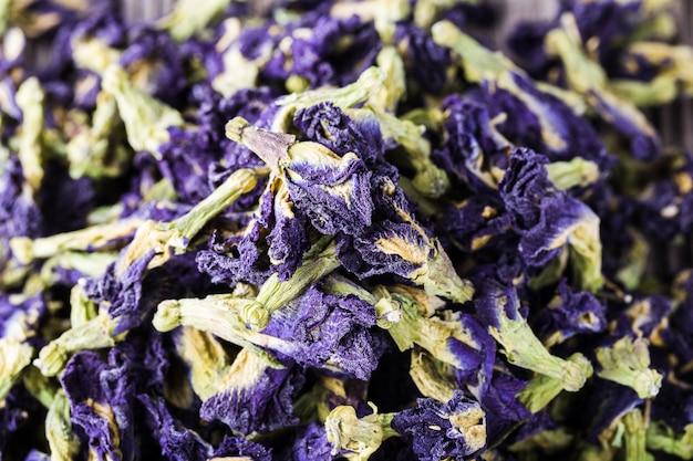 De droge blauwe bloemen van de vlindererwt, gezond aftreksel, detox thee