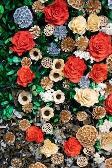De droge bloemen in uitstekende toon, vlakke achtergrondtextuur, leggen concept.