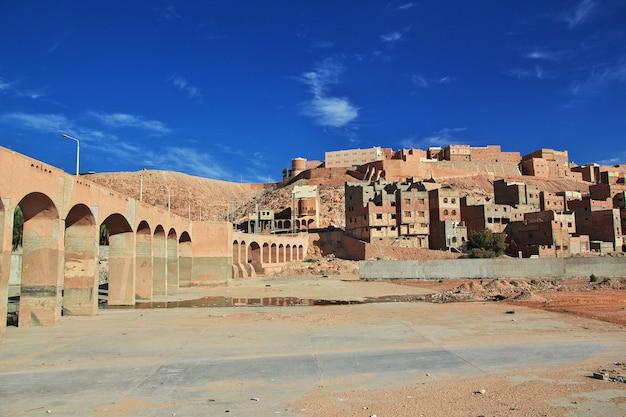 De droge rivier in ghardaia is stad, sahara woestijn, algerije