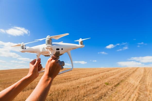 De drone en fotograafvrouwen overhandigen