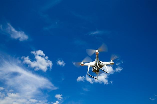 De drone-helikopter die met digitale camera vliegt.