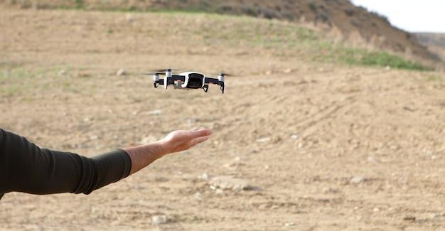 De drone landt op de palm van een man