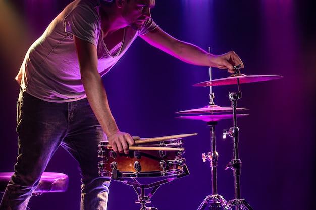 De drummer speelt de drums