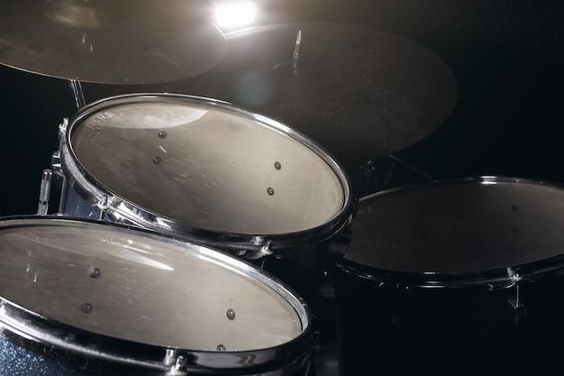 De drumstel bij weinig licht achtergrond.