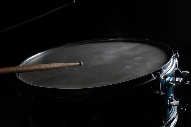 De drumsticks en snaredrum
