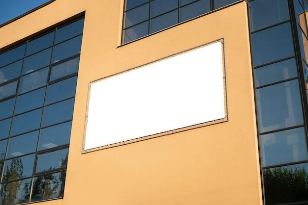 De duidelijke mockup kopie ruimte openbare stad advertentie poster buiten op straat