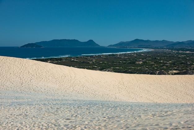De duinen van het strand van joaquina in florianopolis hebben een van de mooiste uitzichten op het eiland