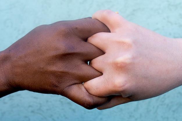 De eenheid van de mensen, mensen van verschillende nationaliteiten de hand schudden