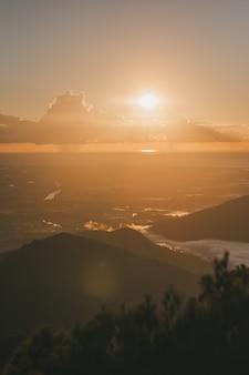 De eerste zonsopgang in australië landschap prachtig uitzicht met zon en wolken