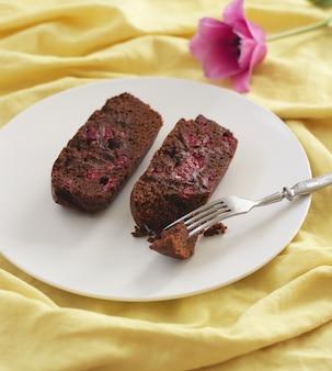 De eigengemaakte brownie ligt op plaat