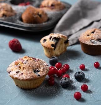 De eigengemaakte cake van de muffinsbosbes redberry maakte dicht omhoog gebakken