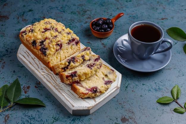 De eigengemaakte heerlijke cake van de bosbessenkruimeltaart met bevroren bosbessen, hoogste mening